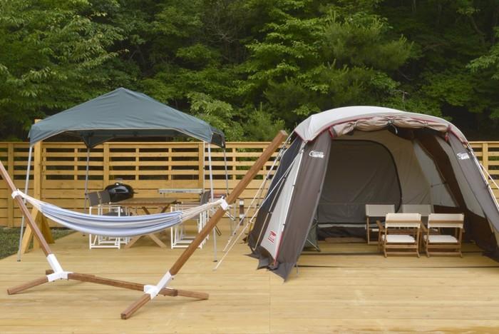 こちらはスカイビューテント。ふたつのお部屋を備えた広々としたテントで、なんと天井が開くようになっているんです!晴れ渡った空やキラキラと輝く星空を眺めることができます。
