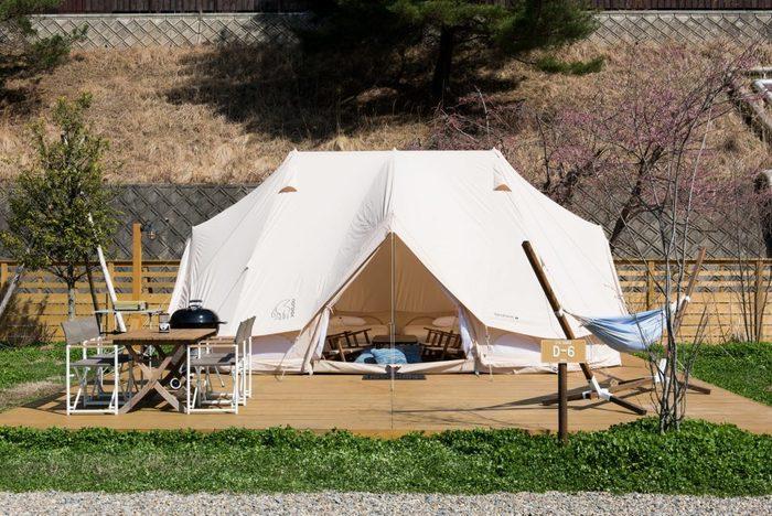 キャンピング・ジュニア・スイートは2017年にオープンした新しいテントで、なんと定員が4名~6名と大人数で宿泊することができる大型のテントなんです。