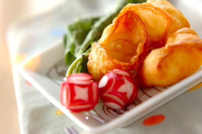 餃子の皮でチーズを包んで、170度の油で揚げます。 あふれるチーズがたまらない美味しさ。