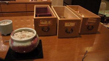 「調香コース」では、匂袋作りと薫物作りが体験できます。好みの香りを選んでブレンドしていき、オリジナルのお香が完成。京都の思い出が香る、特別なお土産になりますね。