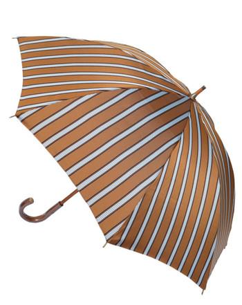 傘には珍しいブラウンと基調としたストライプ。どこかネクタイを思わせる傘ですが、その日のコーデによって、フェミニンにも、メンズライクにも染まってくれる中性的な雰囲気があります。