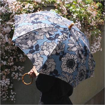 藍染のような渋みと華やかさを織り交ざった存在感。どことなく清楚な所作をしたくなる上品な傘は、雨の日のだるさも吹き飛ばしてくれるかも◎