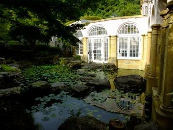 京都まで来て美術館?と思われるかもしれませんが、この大山崎山荘美術館は景観も美しく、ゆったりと静かな時間を過ごすことができる場所です。  本館は関西の実業家・加賀正太郎の別荘だった建物が使われています。別館は「地中の宝石箱」「夢の箱」と名づけられた二つの建物があり、これらは世界的に有名な建築家・安藤忠雄による設計。本館とは対照的に、モダンな姿を見ることができます。