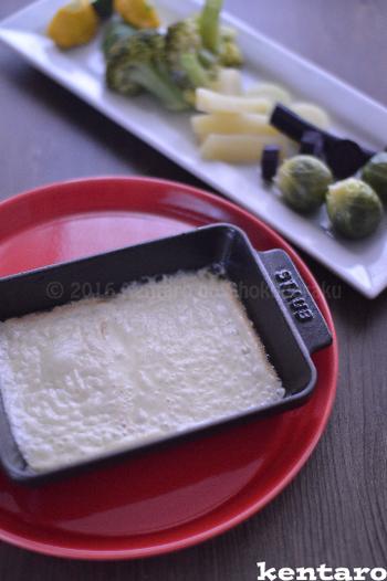 日本でラクレット専用ホットプレートを手に入れるのは難しいですが、ホットプレートと鋳鉄皿でラクレット風を楽しめます。