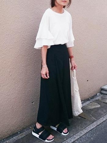 白×ブラックのクールコーデは大人の女性にぴったり。  「白トップス」を新たに購入するなら、袖にフリルなどのデザイン性があるアイテムに注目しましょう。気になる二の腕をさりげなく隠して、ほっそり見せてくれる効果もあります。
