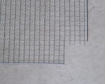 材料はバーベキューで使う「焼き網」です。四隅を縦横5㎝ニッパー等で切り取ります。この時、どちらか片方のワイヤーは飛び出した状態で残して置きます。