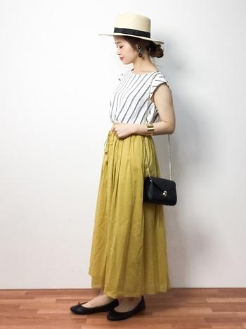 優しい色合いの「マスタード」。トップスは白地のストライプで。エアリー感のある柔らかいマキシスカートが女性らしさを醸し出してくれます。