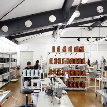 小さなランドセル工房から始まった「土屋鞄製造所」は、昔からの技術を引継ぎながら、どんどん品質を高めていく事を目標としています。洗練された機能的なデザインは、土屋鞄のスタイルそのものを表しています。