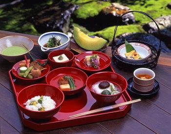 とても鮮やかな器も精進料理の特徴のひとつ。朱膳(あかぜん)といい、賓客をもてなすために使われていたものです。動物性のものを一切つかわず、手間とアイデアで趣向を凝らしたお膳は、食に対する新しい発見を見せてくれることでしょう。