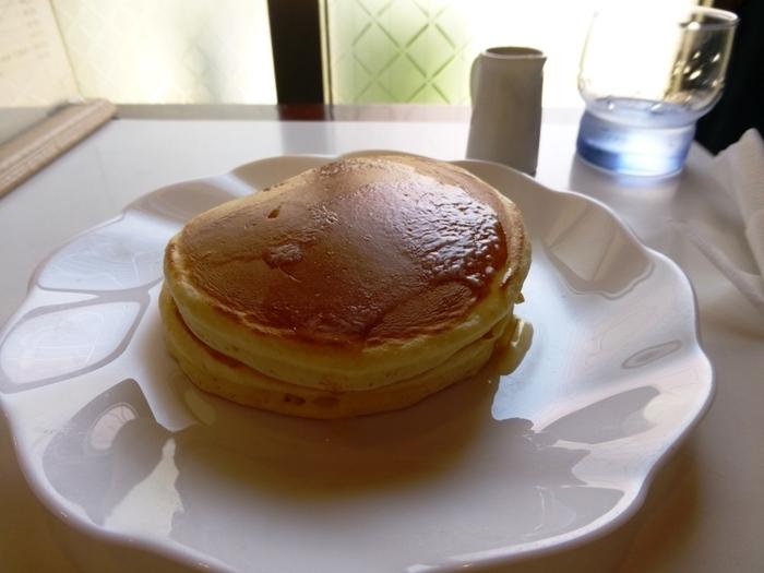 もうひとつの名物がこちらの「ホットケーキ」。メニュー名がパンケーキじゃないとこもポイントです。店主さんが1枚1枚、銅板で丁寧に焼き上げる昔懐かしいふわふわのホットケーキ。こちらも自家製のシロップをたっぷりとかけて召し上げれ♪