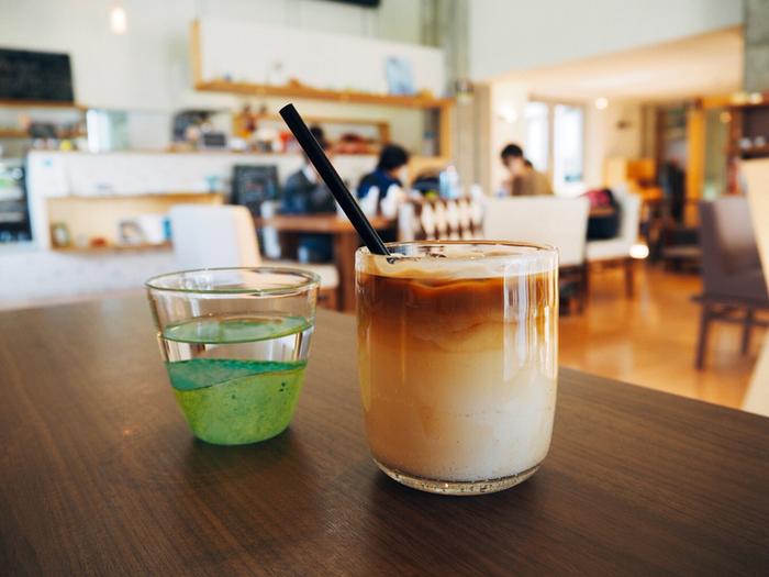 「ガラスの街とやま」としておよそ30年間取り組みを続けて来た富山市。「富山ガラス工房」ではガラス作家の作業風景を見学したり、吹きガラス体験などを楽しめます。併設されたカフェでは、作家さんの作品で飲み物をいただくことも可能。見て、体験して、味わって、気に入ったものはショップギャラリーで購入することもできます。