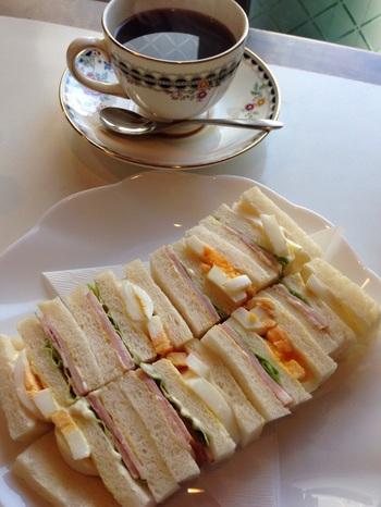 ランチ時間に行かれるなら、ぜひ味わっていただきたいのがサンドウイッチ。パンには平井駅南口にある地元のパン屋「さくら堂」の食パンを使用しています。フレンチトーストもこちらの食パンを使用しているそう。 ※写真はエッグサンド