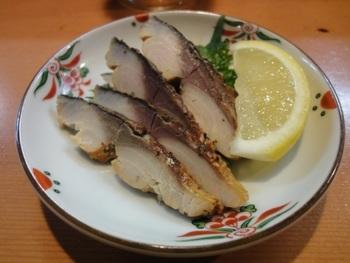 もうひとつぜひ食べてほしい鯖料理は、ちょっとめずらしい「自家製の鯖燻製」。程よくスモーキーな風味の中に、鯖の味わいが広がります。