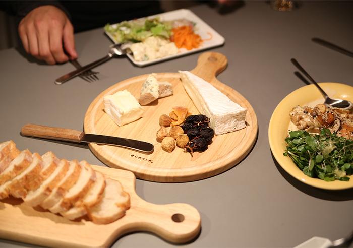 色々な種類のチーズの食べ比べも、バル飲みの大きな楽しみですよね。色や形も魅力のチーズは、カッティングボードに並べて魅せることを意識しましょう。一気にバルっぽくなるはずです。