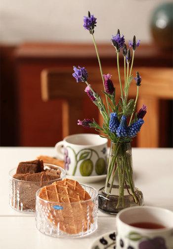 食卓にもガラス器を常備しておくと、楽しくて豊かな毎日が過ごせます。そして季節のお花やグリーンを飾ることで、何気ない日常に彩りをプラスしてくれますよ。