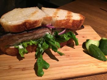 お腹いっぱいになりたい方には、ボリューム満点の「鯖サンド」がおすすめです。添えられたピクルスもビールにぴったり。