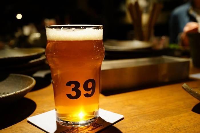 店名の「39」がデザインされたグラスは、量が多すぎず女性にはぴったりのサイズ。はじめてクラフトビールを飲む方も、気軽にオーダーできますよ。