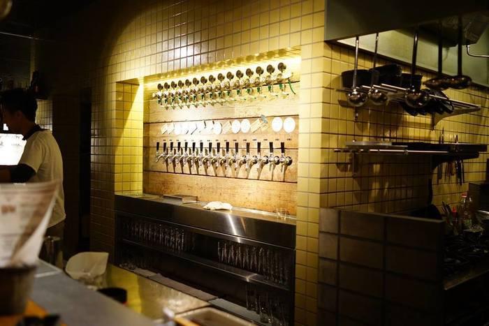 カウンター越しには、おしゃれなビールサーバーが並び、立呑みならではの臨場感を味わうことができます。