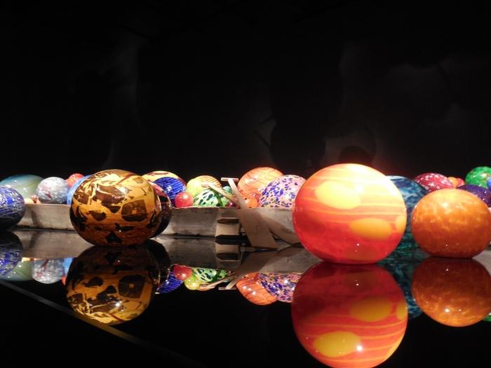 富山市の中心部に建つ、世界的建築家・隈研吾氏が設計を手がけた「TOYAMAキラリ」内にある美術館。常設展「グラス・アート・ガーデン」では、現代ガラスの第一人者でアメリカ出身のガラス彫刻家、デイル・チフーリ氏によるインスタレーション作品(空間芸術)が展示されています。そのほか富山ゆかりの作家による作品を展示する「グラス・アート・パサージュ」も見どころです。
