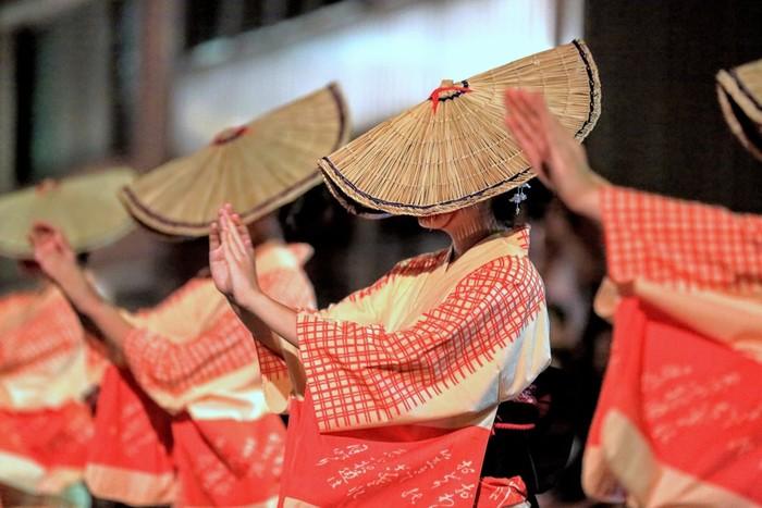 毎年9月の1日から3日にかけて行われる、富山を代表する民謡行事「おわら風の盆」。胡弓や三味線などの音色と唄に乗せ、編笠を目深にかぶって男女が踊る姿は幻想的な美しさです。