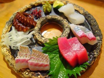"""何をオーダーするか迷ったら、まずは盛り合わせを。""""魚屋""""というだけあり、新鮮でおいしいお刺身を食べれば、「ひでぞう」の魅力にはまってしまうはず。"""