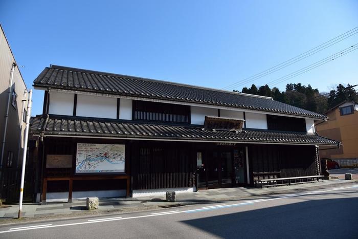八尾の伝統的な町家を再現した「八尾おわら資料館」。館内には、「おわら風の盆」の映像のほか、おわらの歴史や唄、踊り、衣装、楽器が展示され、おわらについて詳しく知ることができます。