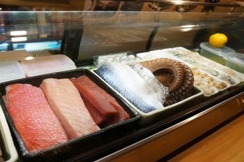 まるでお寿司屋さんのショーケースのように、その日おすすめの新鮮な魚が並びます。メニューから選ぶのではなく、ショーケースから食べたい魚をチョイスすると通な気分に。