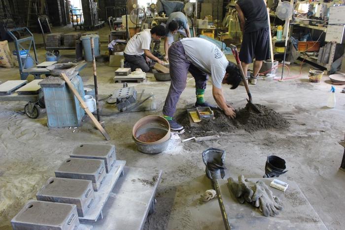 ここでは実際に鋳物づくりの現場を見学することができ、現場の匂いや音、温度などを肌で感じられます。また、錫製品の鋳物制作体験もOK。ぐい呑や箸置き、ペーパーウェイトなど、旅の記念になるものを手作りしてみては?