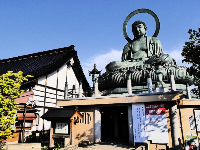 高岡銅器製造技術の粋を集めて造られたのが、1907年より26年の歳月をかけて再建した、三代目にあたる高岡大仏。その起源はおよそ800年前に作られた木造の大仏と言われています。顔立ちの美しさから「日本一の美男」「イケメン」と愛される大仏さまです。