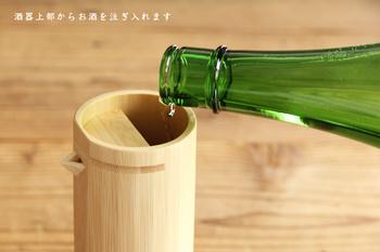 お酒は上層部から入れます。竹の製品は片付けも楽なうえに、片付けるのが翌朝になってしまっても、竹は木材に比て水分に強いので、そう簡単にダメになることもなく、しかも使い込むごとに、酒器もぐい呑みも、艶を増して深みがでてきます。