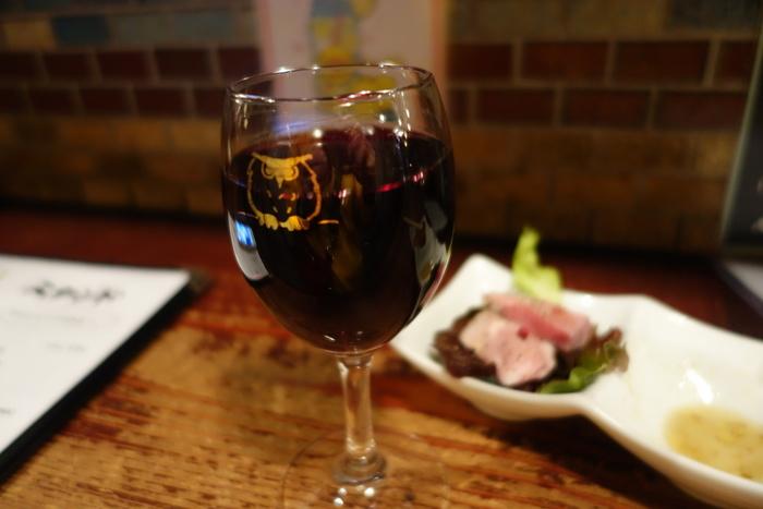 お店のキャラクターのフクロウが描かれた、かわいいワイングラス。ビールが苦手という方は、ワインやシャンパンで乾杯しても。