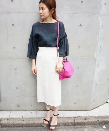 フレアスリーブブラウスと白のタイトスカートのきれいめなフェミニンスタイル。長めのフリルデザインは、気になる二の腕をカバーしてくれます。ビビッドなピンクのバッグが華やかなアクセントに。