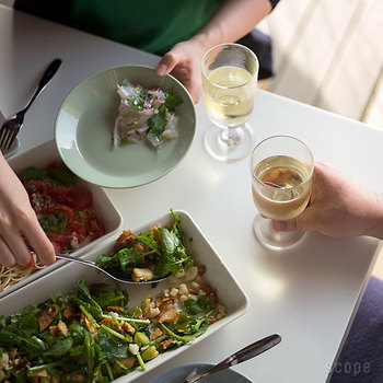 縁がやや深めなので、取り皿として、また、カレーやパスタ、麻婆豆腐など、汁が多めのお料理にも対応可能です。