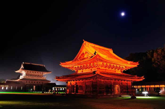 「関野」と呼ばれていた荒野に城を築き、近郊より民を集め城下町を造った加賀藩二代藩主前田利長公。高岡の祖である利長公の菩提を弔うために三代藩主利常公によって建立されたのが瑞龍寺です。建物は壮大な伽藍配置様式で、江戸初期の加賀藩百二十万石の財力を如実に示しています。山門、仏殿、法堂が国宝に、総門、禅堂、高廊下、回廊、大茶堂が国の重要文化財に指定されています。春・夏・冬の年3回「夜の祈り」として音楽と光をコラボレーションしたライトアップが行われます。