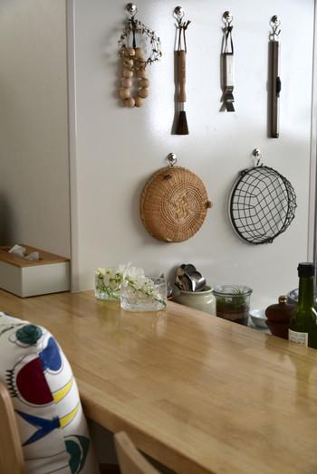 ダイニングテーブルの隅にさり気なく飾られたガラスの器。素朴なお部屋の雰囲気をぐっと洗練させてしまう存在感。凛とした心地よさを感じます。