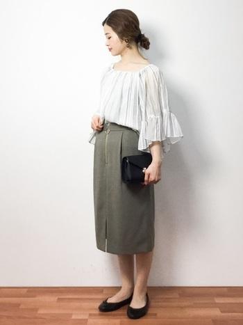 袖コンシャスなトップスはタイトスカートと相性抜群。トップスにボリュームがある分、スカートはシンプルなものを選ぶと◎靴やバッグなどの小物は黒でまとめてコーデを引き締めて。