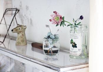 ジュースやジャムなどの容器をリサイクルして。元々食品保存用の容器なので、ガラスがしっかりしていて丈夫なものが多いです。飾り棚にただ飾っておくだけでもハッピーに!