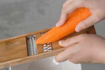 時短料理に欠かせないスライサーですが、こちらはよくあるプラスチックではなく、竹製のスライサー。