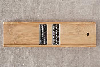表と裏、それぞれ異なる大きさの刃が付いており、自然の竹にウレタン塗装を施し、さらにカビを防ぐための炭化加工されており、使い勝手も◎。