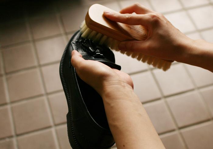 クリームを塗り終えたら、豚毛ブラシで全体を優しくブラッシングします。クリームを靴に馴染ませるとともに、余分なクリームを落としていきます。豚毛ブラシは硬めでコシのある毛で、ツヤ出しに最適なブラシです。