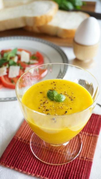 優しい甘みと濃厚なコクで子どもたちにも人気のかぼちゃのスープです。秋から冬にかけてはあたためても。一年中楽しめる定番スープにしたいですね。