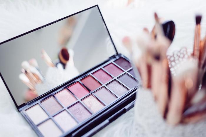 コンシーラーは、目元やニキビ跡などに重ねることが多いと思いますが、その際、鏡に寄り過ぎないように注意!顔全体を確認しながら、コンシーラーの部分だけ色が濃くなったり不自然にならないようにしましょう。