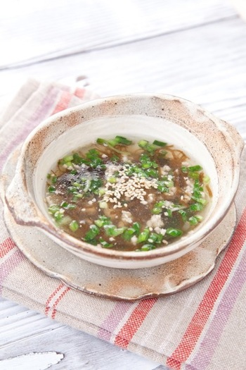 豚ひき肉とニラの入ったスタミナスープです。もずく酢のほどよい酸っぱさとごま油で炒めた豚ひき肉の旨味で、食欲をアップさせてくれること間違いなし。栄養もたっぷり詰まっています。