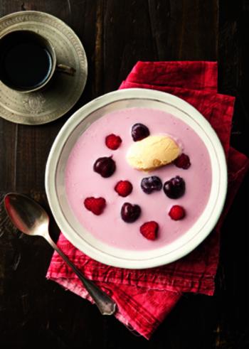暑い日のデザートには、フルーツとヨーグルトを使った甘いスープはいかがでしょう?仕上げにアイスクリームと果物を飾れば、グラスでいただくドリンクとはちょっと違う、スープならではの可愛い仕上がりになります。