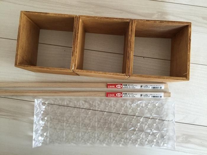 使うのは木製のインテリアキューブボックス。更に細い角材とガラスシートです。どれも100均、またはホームセンターで手に入ります。