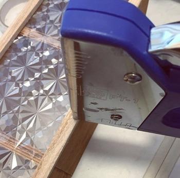 ボックスを繋げ、ガラスシートを貼ったら上から抑える様にサイズを合わせて切った角材を止めていきます。工具はタッカーがあれば便利です。本物のガラス製品はちょっとお高めですが、これなら気軽なインテリアとして使うことが出来ますね。