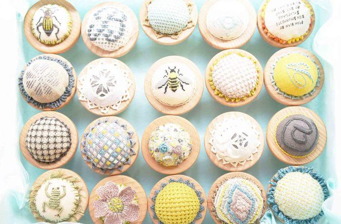 """東京・神楽坂にある『北欧てしごと教室』をご存知ですか? 名前のとおり、北欧刺繍やデンマークのペーパークラフト、フィンランドの編み物など""""北欧のてしごと""""を学ぶことができるお教室です。"""