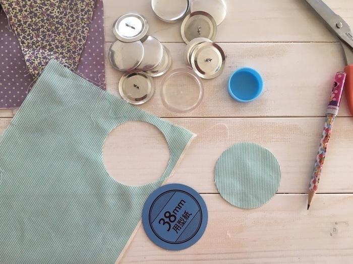 作り方は付属のパーツを手順通りに重ねてはめ込むだけで、縫ったり貼ったりする手間もありません。出来たボタンはヘアゴムなどにすると可愛いですね。