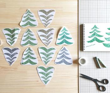 テキスタイルデザイン入門では、自分だけのオリジナル布作りをします。 木や葉っぱなどの自然のモチーフをデザインし、繰り返し布に印刷する技法を習います。