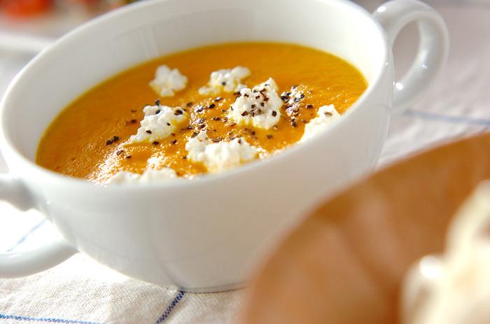 鮮やかなオレンジ色が食欲をそそるこちらのニンジンスープは、ご飯を入れることでとろみをつけてあります。トッピングのカッテージチーズと粗びき黒コショウが良いアクセントに。